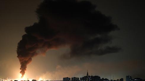 Kłęby dymu wydobywające się z kompleksu naftowego w mieście Aszkelon w południu Izraela. Zdjęcie: MOHAMMED ABED / AFP