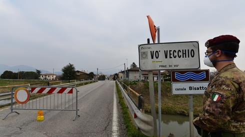 MARCO SABADIN / AFP, Patrol żołnierzy włoskich przy punkcie kontrolnym przy wjeździe do małego miasteczka Vo Vecchio