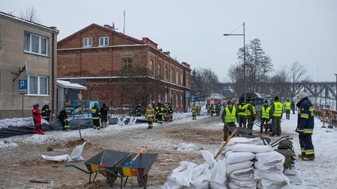Strażacy zabezpieczają nieruchomości przy bulwarach w Płocku, fot. PAP