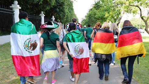 Kibice z Meksyku i Niemiec razem zmierzają na stadion Łużniki. To jest piękne w mistrzostwach świata (fot. PAP/EPA)