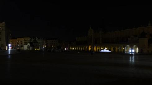 Rynek Główny w Krakowie po wyłączeniu oświetlenia w mieście // fot. Dawid Serafin