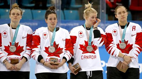 Kanadyjki nie były szczęśliwe. Nie obroniły tytułu mistrzyń olimpijskich. Autor: PAP/EPA/LARRY W. SMITH