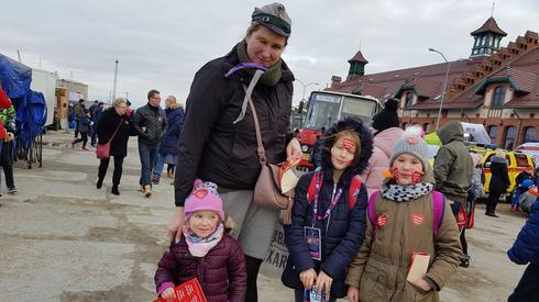 Pomaganie to u nas tradycja. Co roku kwestujemy z zastępem zuchów,  a w tym roku dołączyła do nas moja córeczka- mówi pani Monika ze Szczecina.