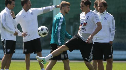 Podczas turnieju w Rosji mistrzowskiego tytułu bronić będą Niemcy, którzy do swojego pierwszego meczu z Meksykiem (17 czerwca, godzina 17, Moskwa) szykują się w bazie w podmoskiewskiej miejscowości Watutinki (fot. PAP/EPA)
