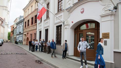 Kolejka przed siedzibą ambasady RP w Wilnie - uczestniczą obywatele RP, którzy na stałe mieszkają w tym kraju, przebywają tu czasowo. Jednak Litewscy Polacy, ponad 160 tys. osób, nie mają prawa udziału w polskich wyborach, gdyż nie są obywatelami RP (fot. PAP/Valdemar Doveiko)