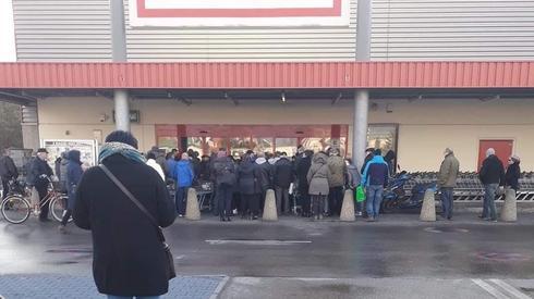 W Skarżysku-Kamiennej ludzie ustawili się w kolejce do sklepu tuż po 6 rano. /fot. Spotted:Skarżysko-Kamienna