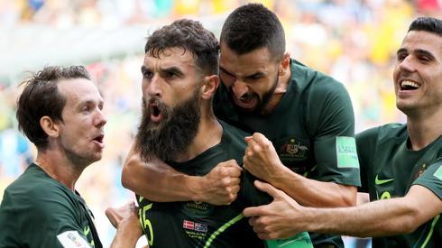 Tak Australijczycy celebrowali wyrównującego gola Mile'a Jedinaka (fot. PAP/EPA)