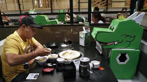 Obiad w restauracji w Bangkoku. Tajlandia, 25 maja/RUNGROJ YONGRIT (PAP)