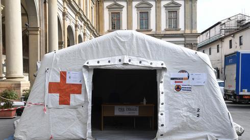 Carlo BRESSAN / AFP, Namiot medyczny przed szpitalem we Florencji