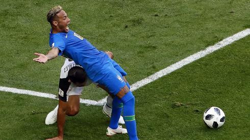 Tak Neymar próbował wymusić karnego, który ostatecznie nie został podyktowany po wideoweryfikacji (fot. PAP/EPA)