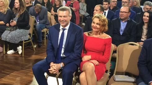 Bogdan Wenta z żoną Iwoną czeka na wyniki sondażowe (fot. Piotr Rogoziński/ Onet)