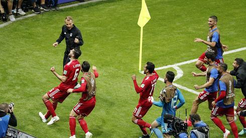 Radość Irańczyków po strzeleniu gola Hiszpanii, która kilka chwil później zamieniła się w rozpacz, kiedy gol nie został uznany ze względu na spalonego (fot. PAP/EPA)