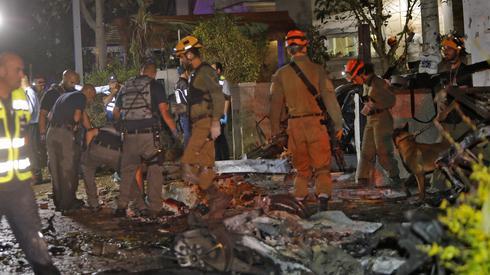 Służby po ataku w mieście Holon. Zdjęcie: GIL COHEN-MAGEN / AFP
