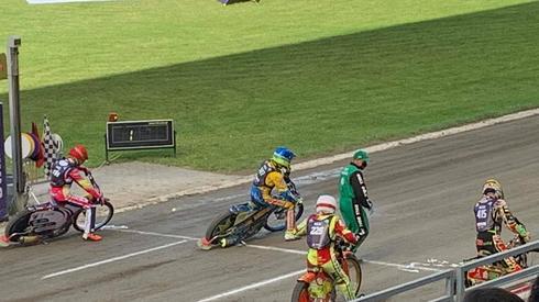 Zerwana taśma przed wyścigiem nr 1.