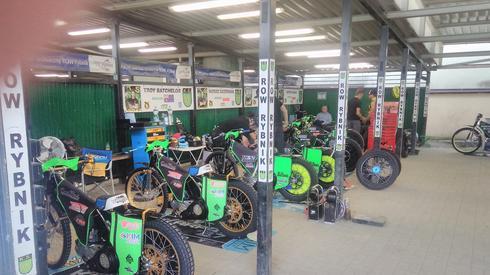 Motocykle obu drużyn gotowe do zawodów