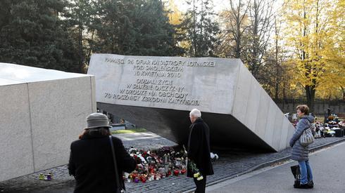 Znicze przy pomniku ofiar katastrofy smoleńskiej na Cmentarzu Wojskowym na warszawskich Powązkach (fot. PAP/Rafał Guz)