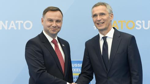 Przywódcy 29 krajów NATO mają zatwierdzić ważne decyzje m.in. o powołaniu dowództwa logistycznego w Niemczech, którego zadaniem będzie zapewnienie sprawnego przemieszczania wojsk w Europie (fot. PAP/EPA/CHRISTIAN BRUNA)