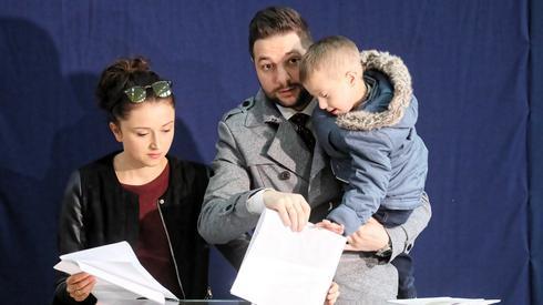 W Warszawie zagłosował Patryk Jaki. Towarzyszyła mu żona i syn (Fot. Paweł Supernak/PAP)