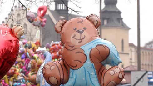 Tak wyglądał Emaus w poprzednich latach.Na kramach rozstawionych wzdłuż kilku ulic w pobliżu klasztoru Norbertanek sprzedawcy wykładali zabawki i słodycze. Nie brakowało cukrowej waty i kolorowych balonów.  Fot. Jacek Bednarczyk/PAP