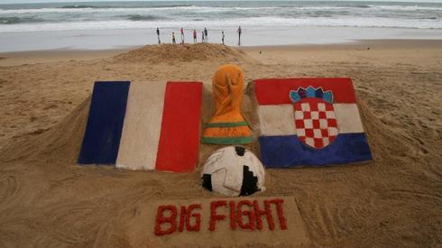 A tymczasem w Indiach żyją finałem na tyle mocno, że poświęca się mu rzeźby na piasku (fot. AFP)