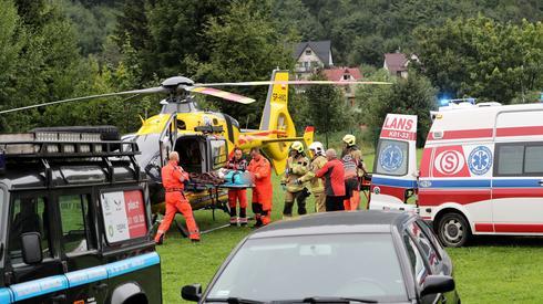 Śmigłowiec LPR na lądowisku przed szpitalem w Zakopanem / fot. Grzegorz Momot, PAP