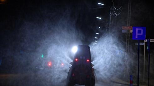 Służby sanitarne dezynfekują ulice Grójca. Fot. PAP/Marcin Obara
