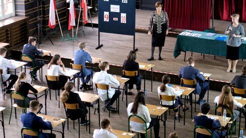 Gimnazjaliści zdający egzamin w Zabrzu (Fot. PAP/Andrzej Grygiel)