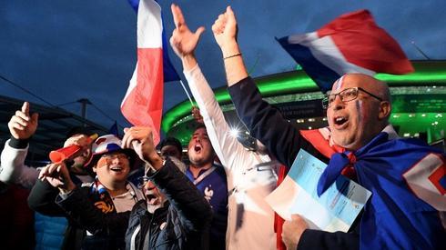 A tak Francuzi cieszyli się z triumfu pod stadionem w Sankt Petersburgu (fot. AFP)