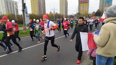 Czwarty Bieg Niepodległości w Poznaniu. Uczestnicy mogą liczyć na gorący doping mieszkańcow. Do pokonania mają dzisiaj 10 km.