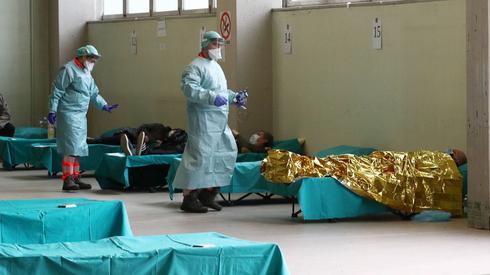 Lekarze i osoby chore na koronawirusa we Włoszech (PAP/EPA/FILIPPO VENEZIA)