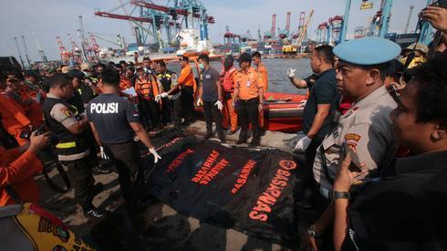 Ciała ofiar są wydobywane z morza na brzeg / fot. Bagus Indahono PAP/EPA