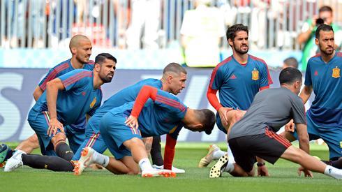 Czy Hiszpanie dadzą dziś radę wyrzucić z turnieju zespół gospodarzy? (fot. PAP/EPA)