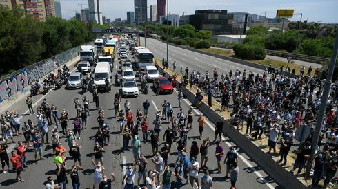 Pracownicy przeznaczonej do zamknięcia fabryki Nissana w Barcelonie rozpoczęli blokady dróg. Fot. LLUIS GENE / AFP