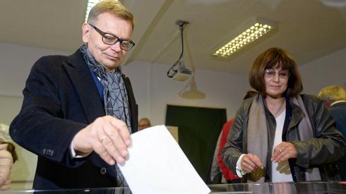 Tadeusz Zysk z żoną zagłosowali w Poznaniu (Fot. Jakub Kaczmarczyk/PAP)