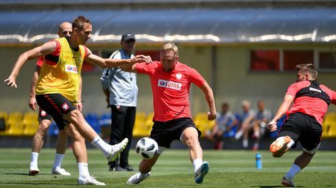 Tak wczoraj pracowali na treningu wyrównawczym zawodnicy reprezentacji Polski, którzy nie zagrali przeciwko Senegalowi. Kamil Glik pracował normalnie z resztą zespołu (fot. PAP/EPA)