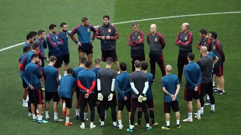 Hiszpanie podczas wczorajszego oficjalnego treningu na moskiewskich Łużnikach, gdzie dziś o godzinie 16 zagrają o ćwierćfinał mundialu z Rosjanami (fot. PAP/EPA)