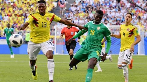 Yerry Mina (z lewej) w walce z jednym z Senegalczyków (fot. AFP)