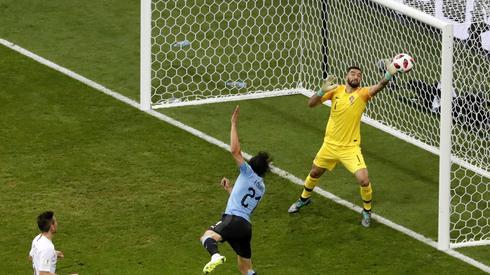 Tak padł wczoraj pierwszy gol Edinsona Cavaniego w meczu z Portugalią (fot. PAP/EPA)