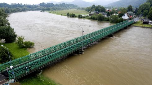 San w Sanoku. Rzeka przekroczyła stan ostrzegawczy / fot. Darek Delmanowicz, PAP