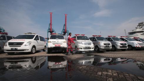 Ambulanse czekają na brzegu morza/ fot. PAP/EPA/Bagus Indahono