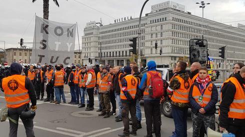 W Warszawie ochrona Marszu Niepodległości stara się zasłonić kontrmanifestujących