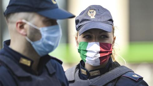 Policjanci we Włoszech (PAP/EPA/ANDREA FASANI)