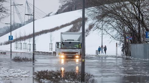 Tak wyglądały dziś zalane bulwary w Płocku. Fot. PAP