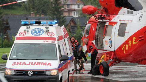 Ranni przenoszeni do karetki na lądowisku TOPR w Zakopanem/ fot. Grzegorz Momot, PAP