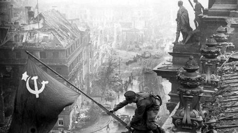 Zawieszenie flagi ZSRR na budynku Reichstagu. Fot. PAP
