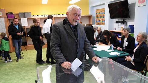 Prezydent Krakowa na głosowanie przyszedł z małżonką Barbarą Majchrowską (fot. PAP/ Jacek Bednarczyk)