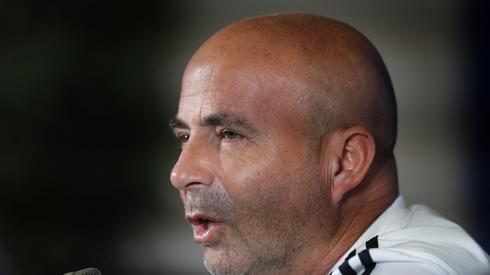 Selekcjoner Argentyny Jorge Sampaoli przyznawał na konferencji prasowej przed meczem z Francją, że Lionel Messi jest postacią absolutnie kluczową dla Albicelestes, ale równocześnie zaprzeczał, jakoby zawodnik Barcelony miał jakikolwiek wpływ na decyzje kadrowe, czy taktyczne selekcjonera (fot. PAP/EPA)