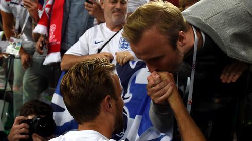 Harry Kane i jego brat Charlie po zwycięskich dla Anglików rzutach karnych w meczu Kolumbią (fot. PAP/EPA)
