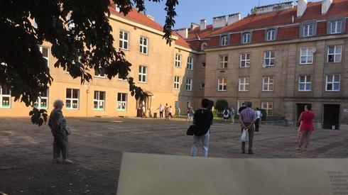Kolejka do lokalu wyborczego w Warszawie na Dolnym Mokotowie (fot. Natalia Szewczak)