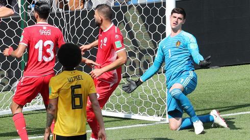 Thibaut Courtois miał sporo pretensji do kolegów z obrony za sytuację, po której Belgowie stracili gola (fot. PAP/EPA)
